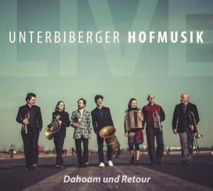 Die CD kommt mit DVD. Darauf gibt es Aufnahmen eines Konzerts in Taufkirchen. Da jubelt die Soundbar.
